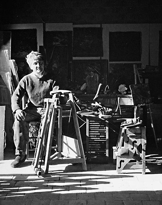 Raymond Humbert dans son atelier. Photo archives du Musée des Arts populaires de Laduz